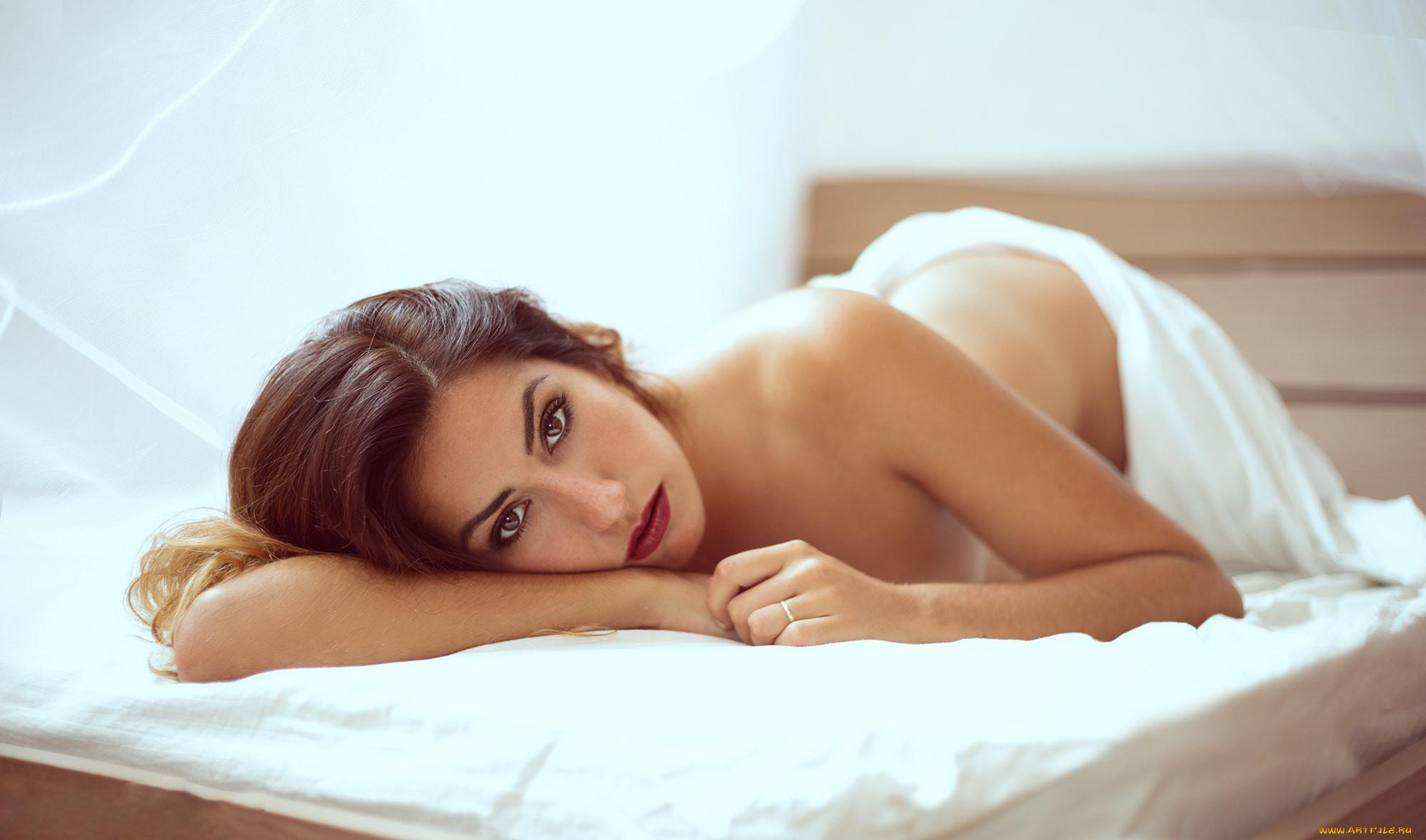 Обнаженная Девушка Лежит На Кровати